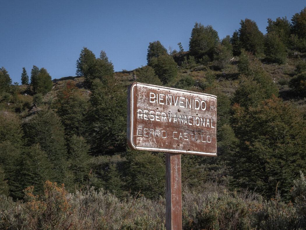 A sign reads 'bienvenido reserva nacional Cerro Castillo'