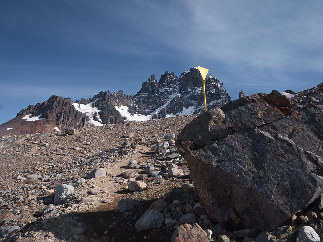 A yellow marker shows the way to Mirador Laguna Cerro Castillo